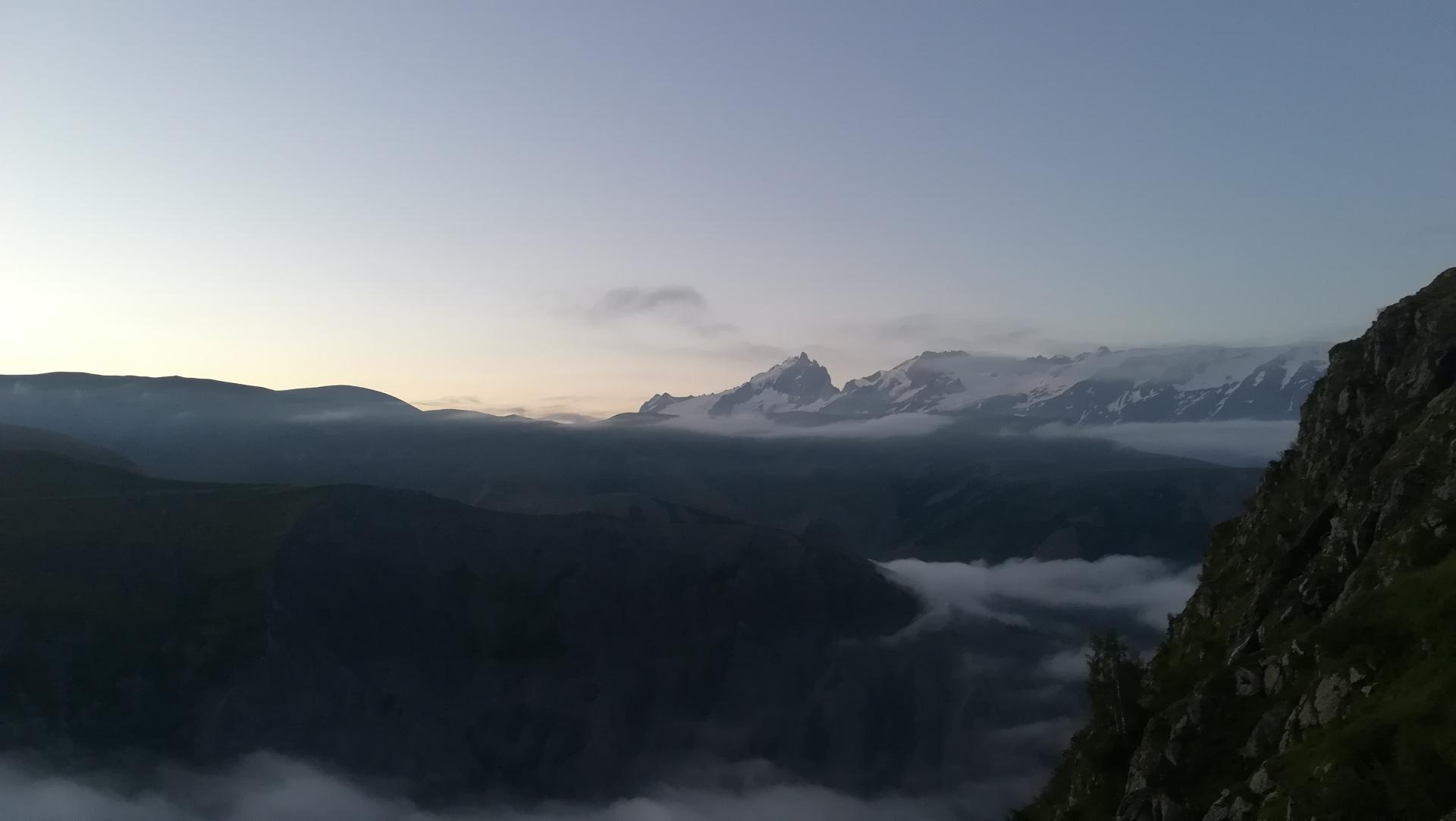 Ultra Oisans Trail Tour 2020 : Franchissement du Col de Sarenne au petit jour. Au loin, la vue sur le Massif des Ecrins et la Meije !